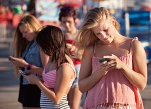 teens-smartphone_113116627-thumb-380xauto-2424